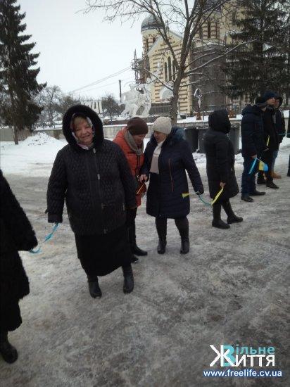 Вздовж траси Чернівці-Снятин утворили ланцюг єднання до 100-ліття Соборності