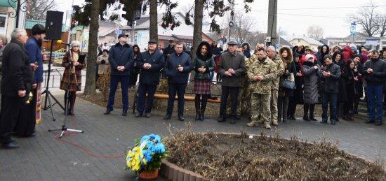 Вони тримали небо над Україною: у Кіцмані вшанували Небесну Сотню