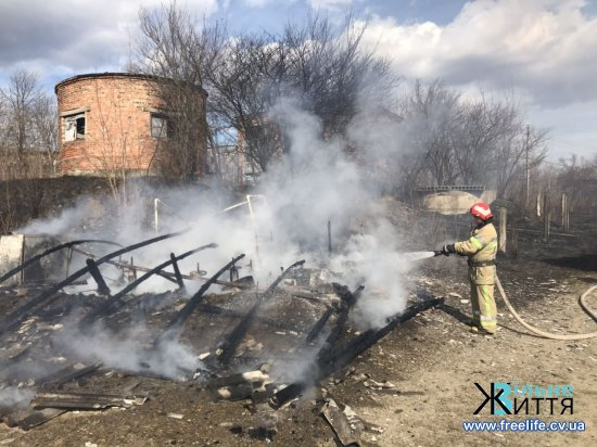 Через підпал сухої трави згоріла насосна станція в Лужанах