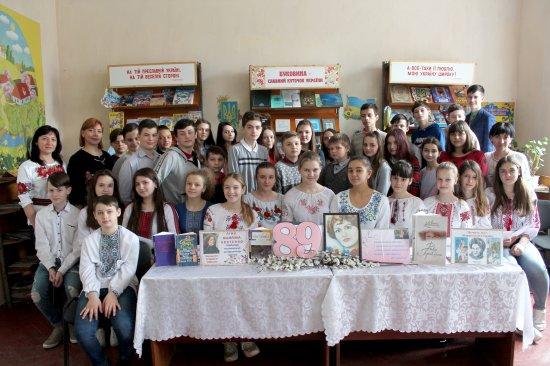 Кіцманські гімназисти читали поезію Ліни Костенко в бібліотеці
