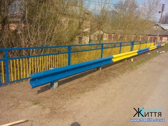 У Лашківці пофарбували місток у жовто-блакитний та прибирають громадські місця