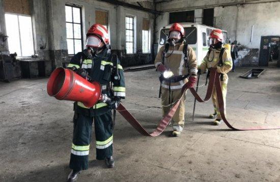 Гасіння умовної пожежі автобуса і бокса відпрацьовували рятувальники в Кіцмані