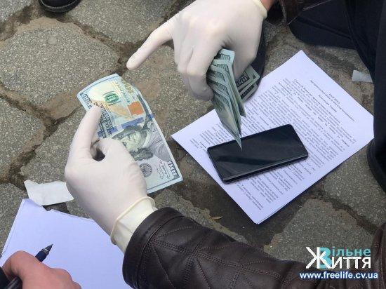 На Буковині викритому СБУ на хабарі податківцю оголошено про підозру