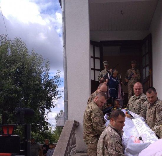 10 липня у Шипинцях в останню дорогу провели АТО-вця Федину Михайла